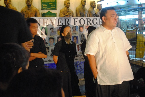 Harry Roque with relatives of the victims. Photo by Lito Ocampo,  CMFR.
