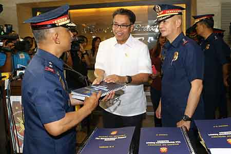 DILG Secretary Mar Roxas accepts from PNP Board of Inquiry Chairman PDir Benjamin Magalong the copies of the report on the Mamasapano clash during the official turnover on Friday, March 13, 2015.