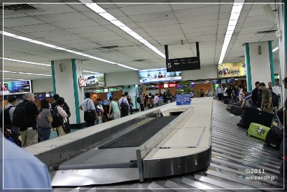 Waiting and hoping that your baggage is intact.NAIA baggage  carousel.